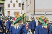Maria himmelfahrt prozession oberperfuss, österreich. — Stockfoto