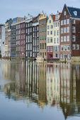 The Damrak canal in Amsterdam, Netherlands. — Fotografia Stock