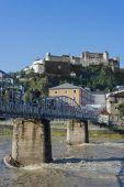Mozart bridge (Mozartsteg) and Salzach river in Salzburg, Austri — Stock Photo