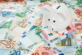 Piggy bank placed on Euro banknotes — Stock Photo