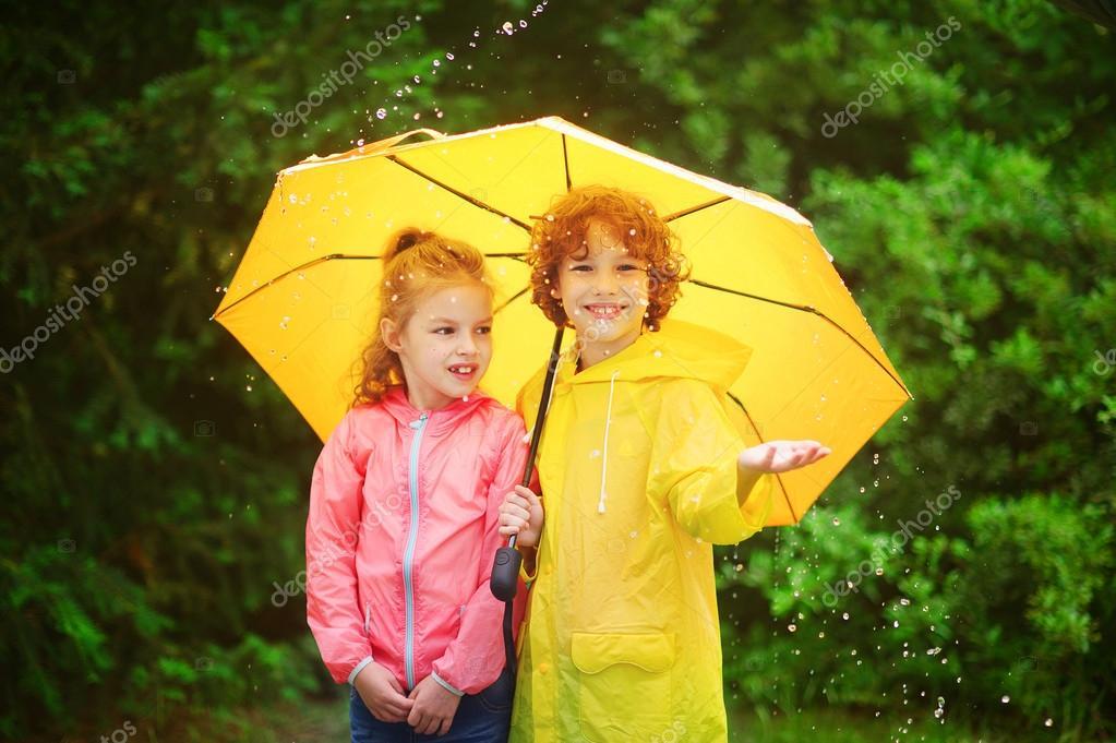 Fratello e sorella stare insieme sotto un grande ombrello - Fratello e sorella a letto insieme ...