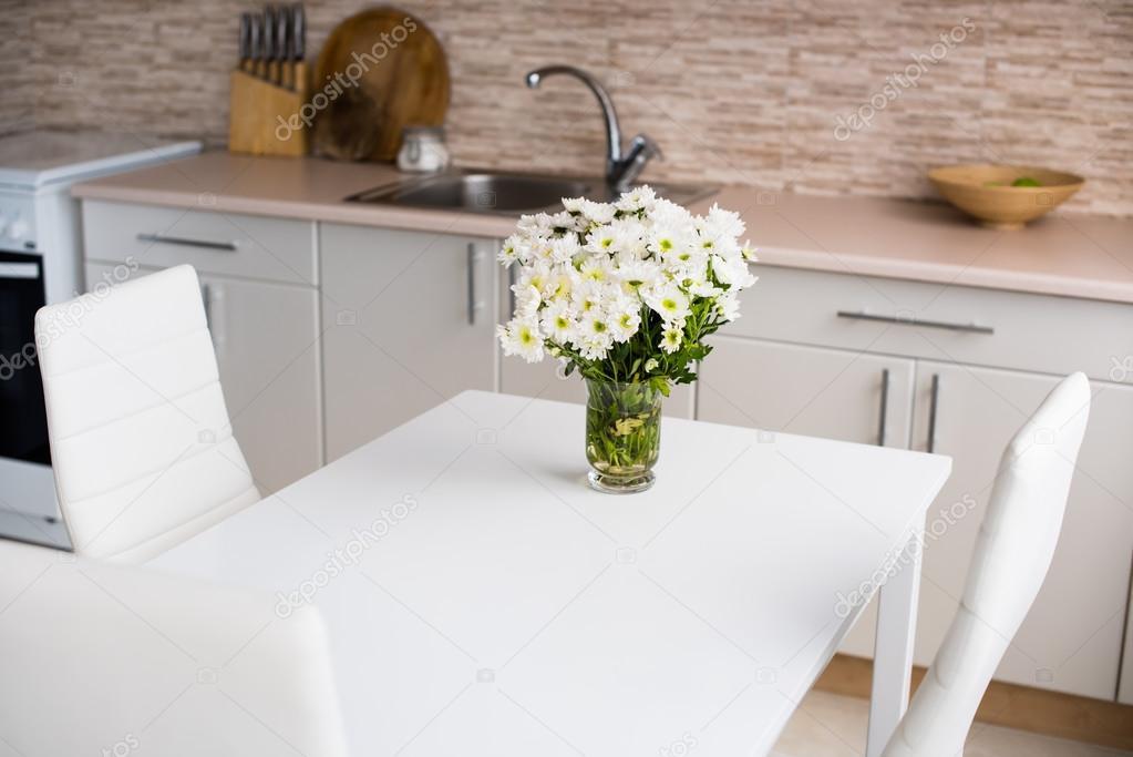 Interieur van de nieuwe heldere witte huis keuken — stockfoto ...
