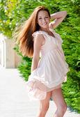Joven mujer bailando — Foto de Stock