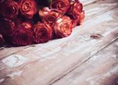 Rosen auf einem alten Holzbrett — Stockfoto