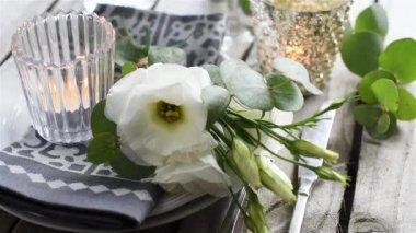 白い花を持つテーブルの設定 — ストックビデオ