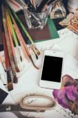 Smartphone sur une table dans l'atelier de l'artiste — Photo
