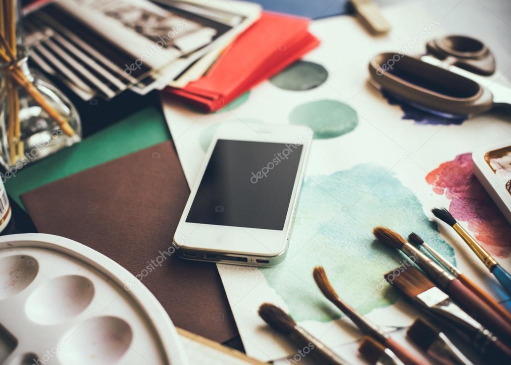 예술가 스튜디오에서 테이블에 스마트폰 — 스톡 사진 © manera ...