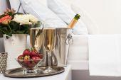 Champanhe na cama — Fotografia Stock
