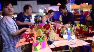 Man sells 3d paper postcards — Stock Video