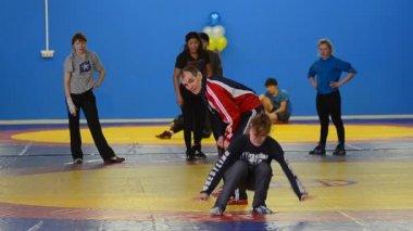 Girls wrestlers train — Stock Video