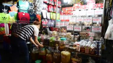 Woman sells tea — Stock Video