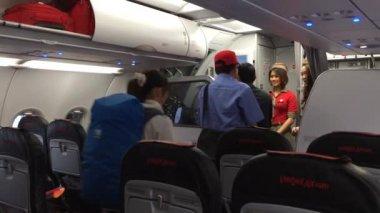 Bedienden van de vlucht afscheid te nemen passagiers — Stockvideo