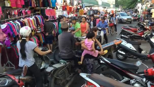 Impulsión de vehículos a lo largo de la calle Quang Trung — Vídeo de stock