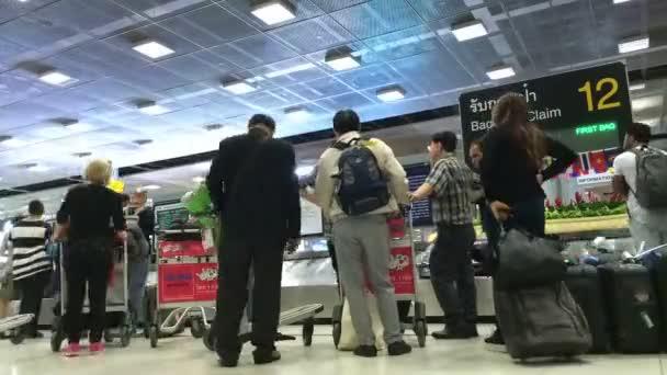 Los pasajeros llevar su equipaje — Vídeo de stock