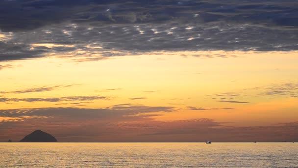 Barco pescador solitario — Vídeo de stock