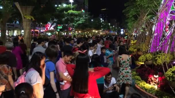 People walk in the downtown — Vidéo