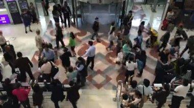 As pessoas andam em aeroporto — Vídeo stock