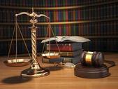 Понятие справедливости. Молоток, Золотые весы и книги в библиотеке — Стоковое фото