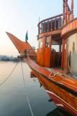 Barco de madera atracado en un puerto — Foto de Stock