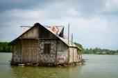 Plovák bambusový dům v tropické řece — Stock fotografie