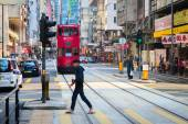 Pedestrian crossing a typical, busy street in central Hong Kong, — Stockfoto