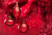 輝く背景上でクリスマス ボール — ストック写真