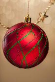 елочный шар на фоне блестки — Стоковое фото
