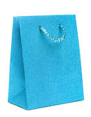Bolsa de regalo azul aislado sobre fondo blanco — Foto de Stock