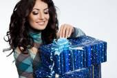 ギフト用の箱と美しいファッショナブルな女性 — ストック写真