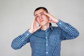Giovane avendo mal di testa — Foto Stock