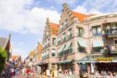 Tourists walking down the streets of Volendam, The Netherlands — Stock Photo