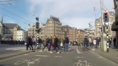 People, bikes and cars around the city center, Amsterdam — Stock Video