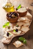 Yumuşak peynir ve zeytin ile kraker. sağlıklı meze — Stok fotoğraf
