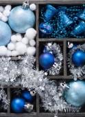 Caja negra llena de decoración de navidad — Foto de Stock