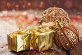 Decoración y regalos de navidad oro — Foto de Stock