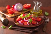 Healthy tomato salad with onion basil olive oil and balsamic vin — Stock Photo