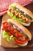 Hotdog with ketchup mustard and vegetables — Stock Photo