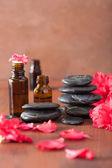 Esenciální olej azalea květiny černé masážní kameny — Stock fotografie