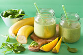 Sano frullato verde con spinaci mango banana in barattoli di vetro — Foto Stock