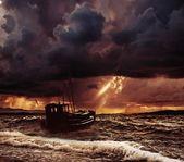 Barco de pesca en un mar tormentoso — Foto de Stock