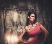 Tetovaný krásná žena v staré strašidelné interiéru — Stock fotografie