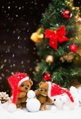 Small toy bears making snowman in christmas still life  — 图库照片