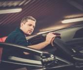 Man worker polishing car on a car wash  — Stock Photo