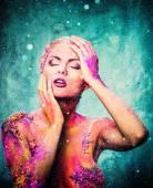 Mulher jovem e bonita com arte conceitual corpo colorido — Fotografia Stock