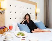 Woman having breakfast in a hotel room — Stockfoto