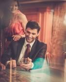 Пара позади стола для покера в казино — Стоковое фото