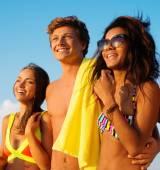 Multi etnische vrienden lopen op een strand — Stockfoto