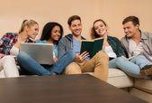 Multi etnické studenti připravují na zkoušky — Stock fotografie