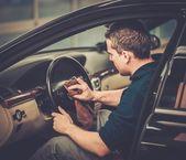 Werknemer op een auto wassen, schoonmaken van auto-interieur — Stockfoto