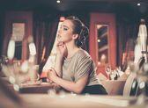 Vacker ung flicka i lyx restaurang inredning — Stockfoto